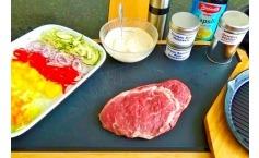 Büffel Ribeye / Entrecote Steak mit warmen Gemüsesalat in der Pfanne